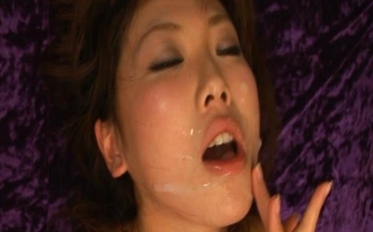 Mint Suzuki receives a facial and rubs his cum all over her face